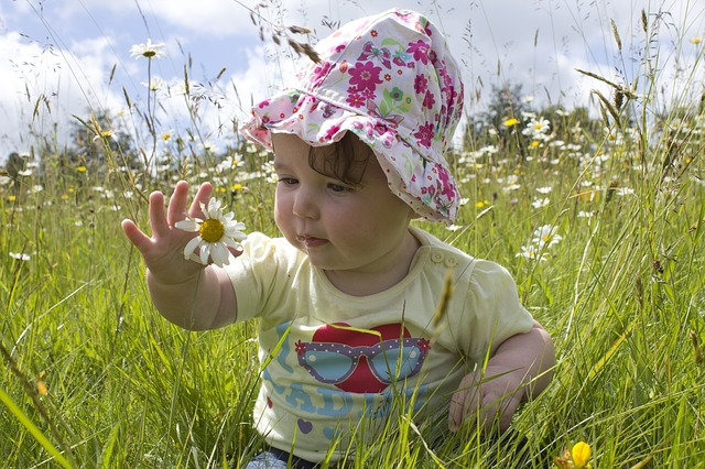 holčička v trávě, květina, klobouček
