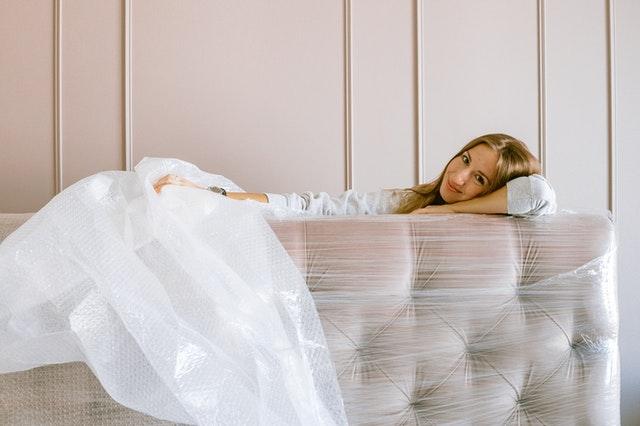 vybalování nábytku