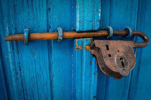 zámek na modrých dveřích
